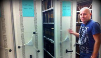 Przesuwane regały w piwnicy biblioteki.